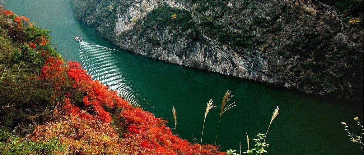 Enjoy the delightful itinerary features the most insightful Yangtze River.