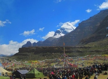 There're very grand events at the foot of Mt. Kailash during the Saga Dawa Festival.
